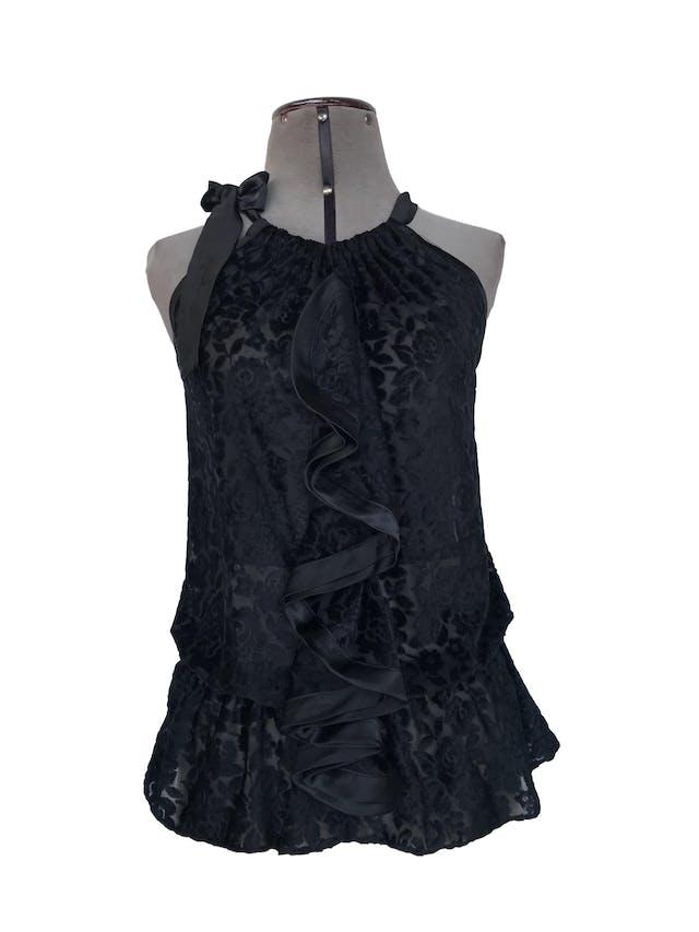 Blusa Cats Atelier de tela tipo tul con relieve de flores de plush negro, volante en el pecho, elástico en la cintura y lazo en el cuello Talla S foto 1