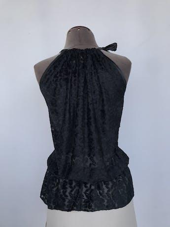Blusa Cats Atelier de tela tipo tul con relieve de flores de plush negro, volante en el pecho, elástico en la cintura y lazo en el cuello Talla S foto 2