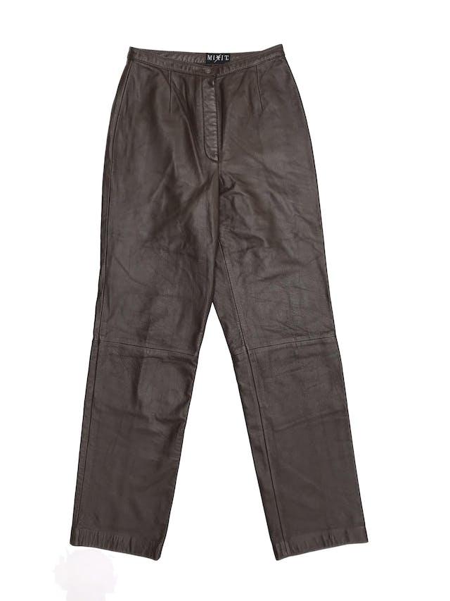 Pantalón mom´s jeans de de cuero marrón a la cintura, tiene botón y cierre, lleva forro hasta la rodilla  foto 1