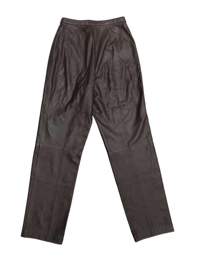 Pantalón de cuero marrón a la cintura, tiene botón y cierre delanteros, corte recto, lleva forro hasta la rodilla. Cintura 67cm Largo 105cm. Precio retail S/ 450 foto 2