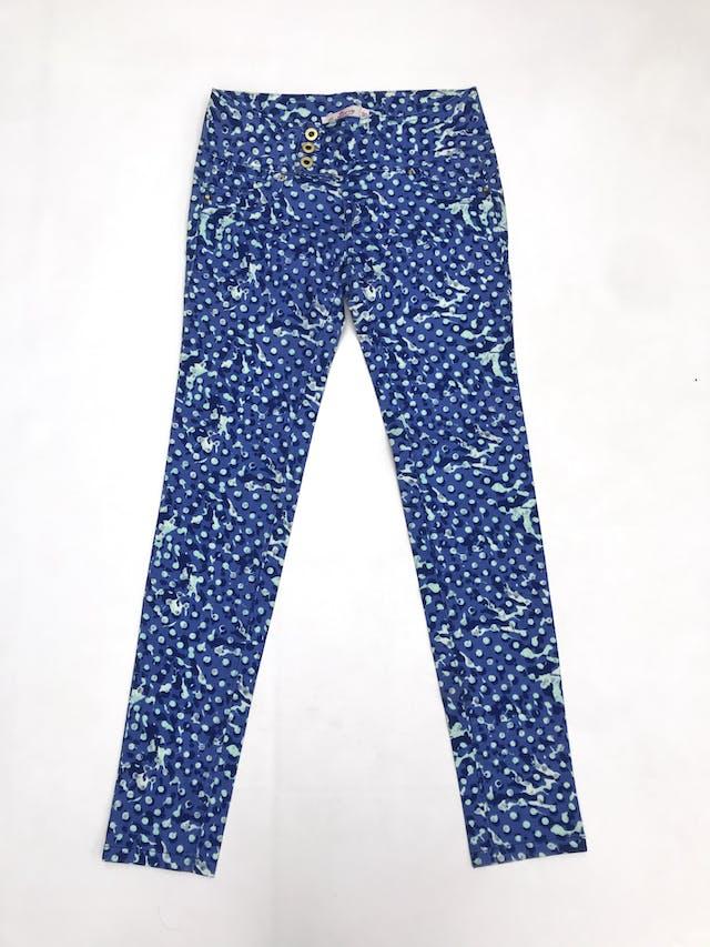 Pantalón tela tipo dril con estampado en tonos azules y celestes, 98% algodón, tres botones dorados, bolsillos falsos delanteros y posteriores, pitillo foto 1