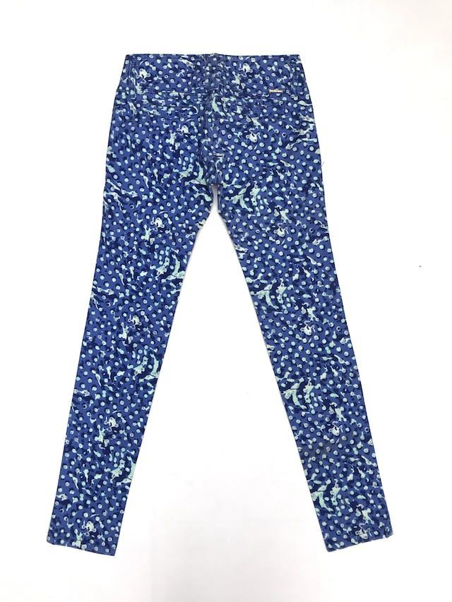 Pantalón tela tipo dril con estampado en tonos azules y celestes, 98% algodón, tres botones dorados, bolsillos falsos delanteros y posteriores, pitillo foto 2