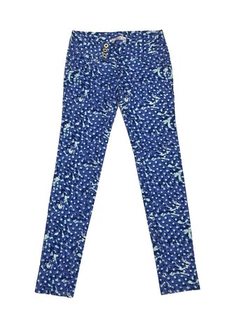 Pantalón jean con estampado en tonos azules y celestes, 98% algodón, tres botones dorados, bolsillos falsos delanteros y posteriores, tiro medio, corte pitillo. Cintura 66cm Largo 94cm foto 1