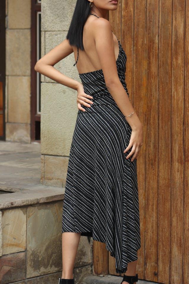 Vestido Max Studio negro con estampado crema, cuello halter, drapeados laterales, espalda escotada y basta asimétrica. Muy sentador! Precio original USD80 Talla S foto 2