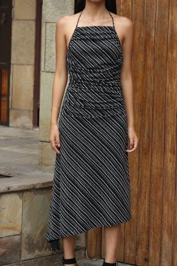 Vestido Max Studio negro con estampado crema, cuello halter, drapeados laterales, espalda escotada y basta asimétrica. Muy sentador! Precio original USD80 Talla S foto 3