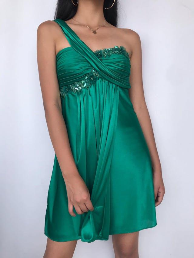 Vestido one shoulder verde con drapeado y pedrería en el busto, con copas, forrado y con cierre posterior. Lindo! Talla XS  foto 2