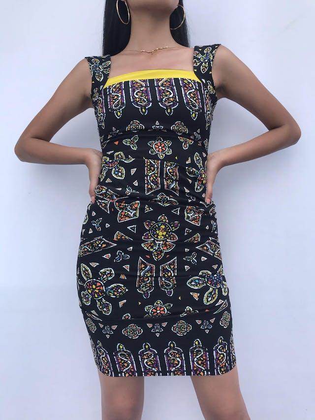 Vestido Nicole Miller (diseñadora inglesa) negro con print étnico y borde amarillo en el pecho, drapeado a los lados. Precio original USD 300-350 Talla XXS foto 3
