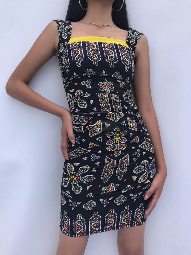 Vestido Nicole Miller (diseñadora inglesa) negro con print étnico y borde amarillo en el pecho, drapeado a los lados. Precio original USD 300-350 Talla XXS foto 1