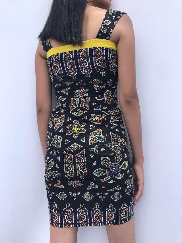 Vestido Nicole Miller (diseñadora inglesa) negro con print étnico y borde amarillo en el pecho, drapeado a los lados. Precio original USD 300-350 Talla XXS foto 2