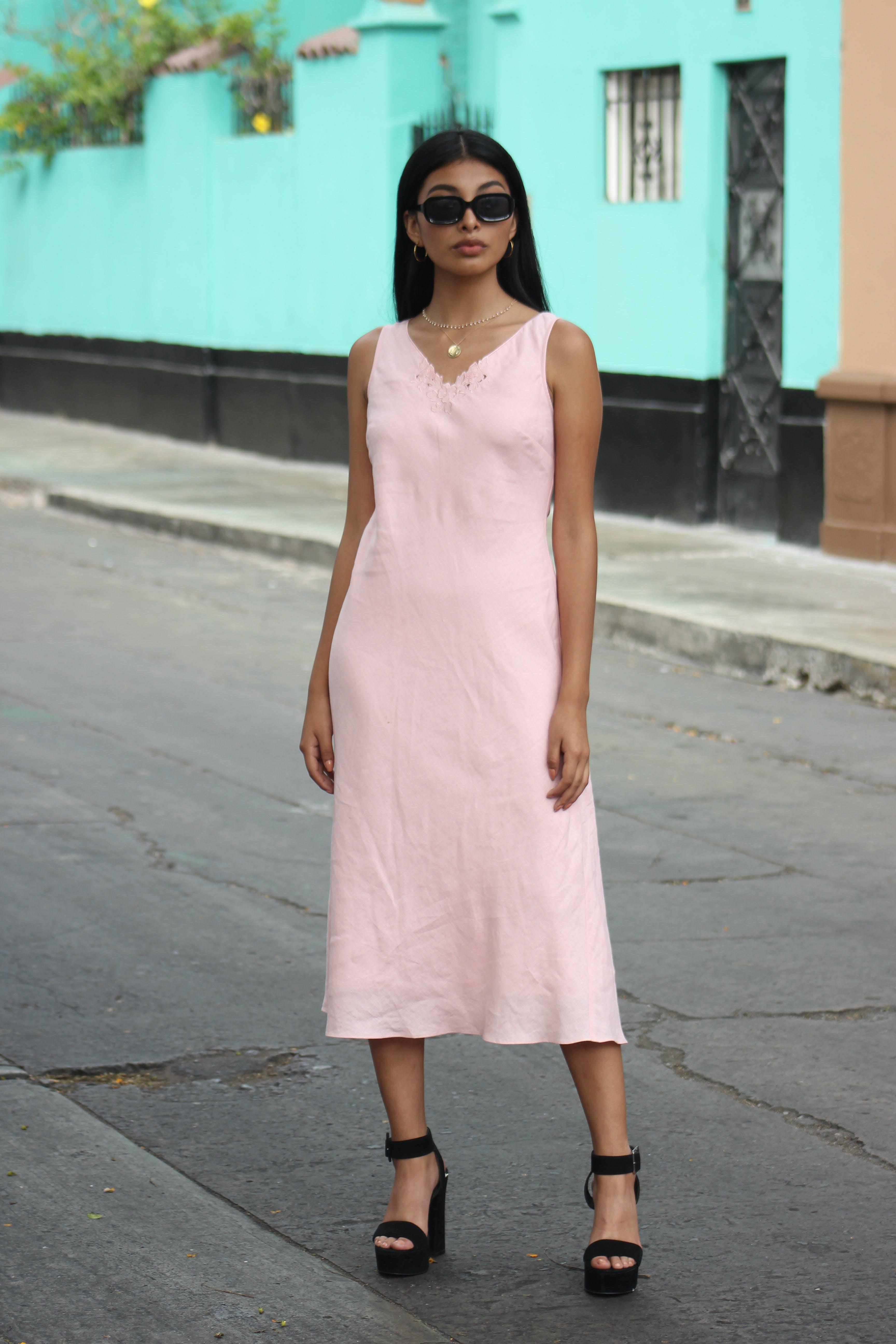 Vestido rosado 100% lino con broderie en el pecho, una sola pieza, falda amplia, forrado Talla S