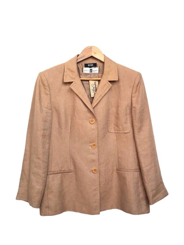 Blazer BOSS Hugo Boss de lino khaki, forrado, con pinzas y bolsillos delanteros. Tiene falda conjunto. Precio original S/ 1400 Talla XL foto 1