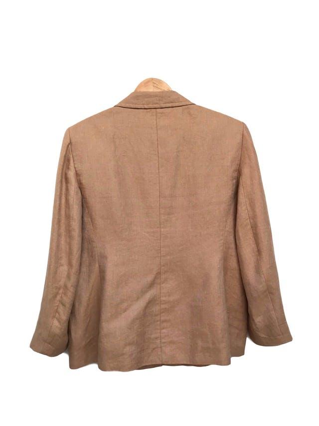 Blazer BOSS Hugo Boss de lino khaki, forrado, con pinzas y bolsillos delanteros. Tiene falda conjunto. Precio original S/ 1400 Talla XL foto 2