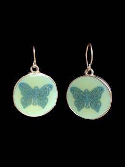 Aretes circulares verde agua con mariposa 2cm foto 1