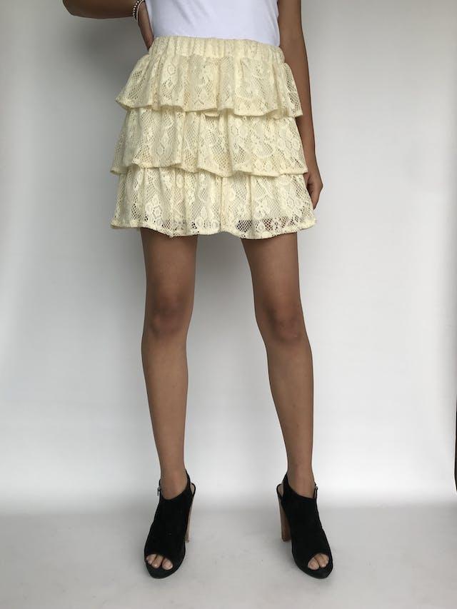 Falda de encaje crema en 3 tiempos con forro y elástico en la cintura. Largo 41cm Talla M foto 1