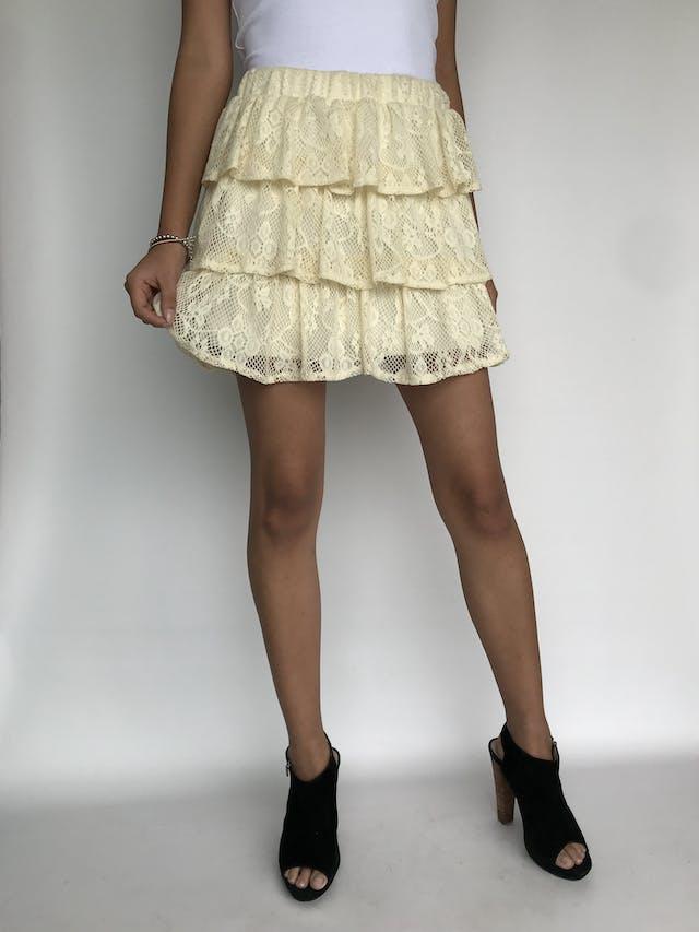 Falda de encaje crema en 3 tiempos con forro y elástico en la cintura. Largo 41cm Talla M foto 2