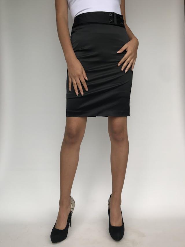Falda a la cintura ETC, de tela tipo raso negro, con 4 botones en la cintura y forro. Linda! Talla XS  foto 1