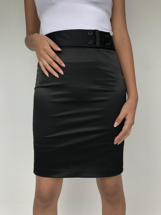 Falda a la cintura ETC, de tela tipo raso negro, con 4 botones en la cintura y forro. Linda! Talla XS  foto 2