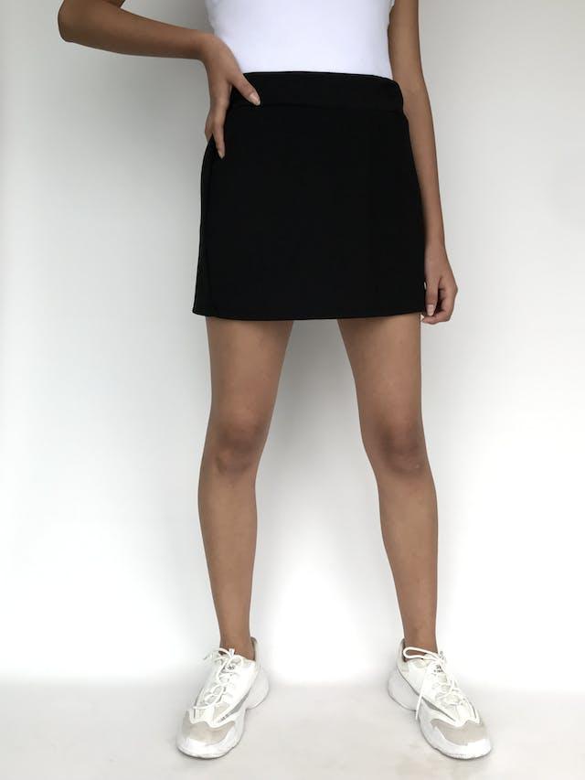 Falda mini negra, tela texturada y pretina con elástico. Largo 37cm. Un básico! Talla S   foto 1