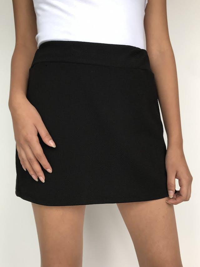 Falda mini negra, tela texturada y pretina con elástico. Largo 37cm. Un básico! Talla S   foto 2