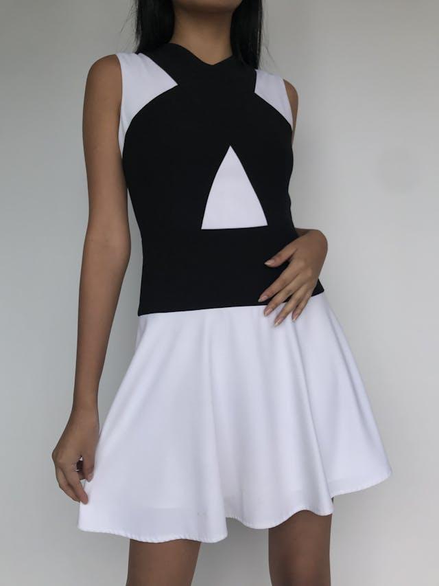 Vestido BCBG Max Azria blanco con franjas negras cruzadas, lleva forro y cierre lateralPrecio original S/. 700 Talla XS/S (Talla 4) foto 2
