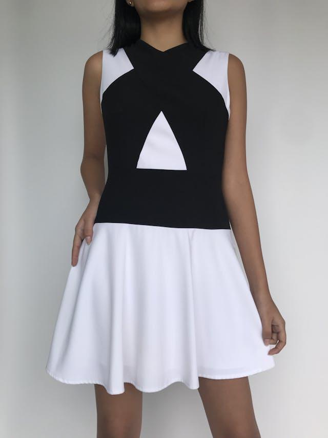 Vestido BCBG Max Azria blanco con franjas negras cruzadas, lleva forro y cierre lateralPrecio original S/. 700 Talla XS/S (Talla 4) foto 1