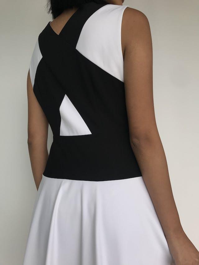 Vestido BCBG Max Azria blanco con franjas negras cruzadas, lleva forro y cierre lateralPrecio original S/. 700 Talla XS/S (Talla 4) foto 3