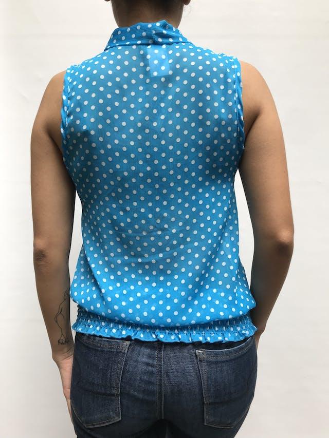 Blusa de gasa celeste con polka dots blancos, lazo en el ecuello y panal de abeja en la basta Talla S foto 2