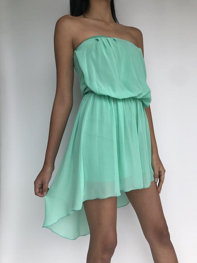 Vestido strapless de gasa color verde agua y basta asimétrica con elástico en la cintura. Talla S foto 2