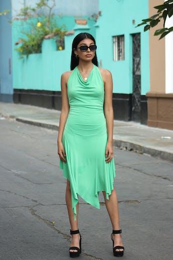 Vestido verde tela stretch, escote en la espalda, drapeado a los lados, basta asimétrica, linda caída Talla XS foto 1