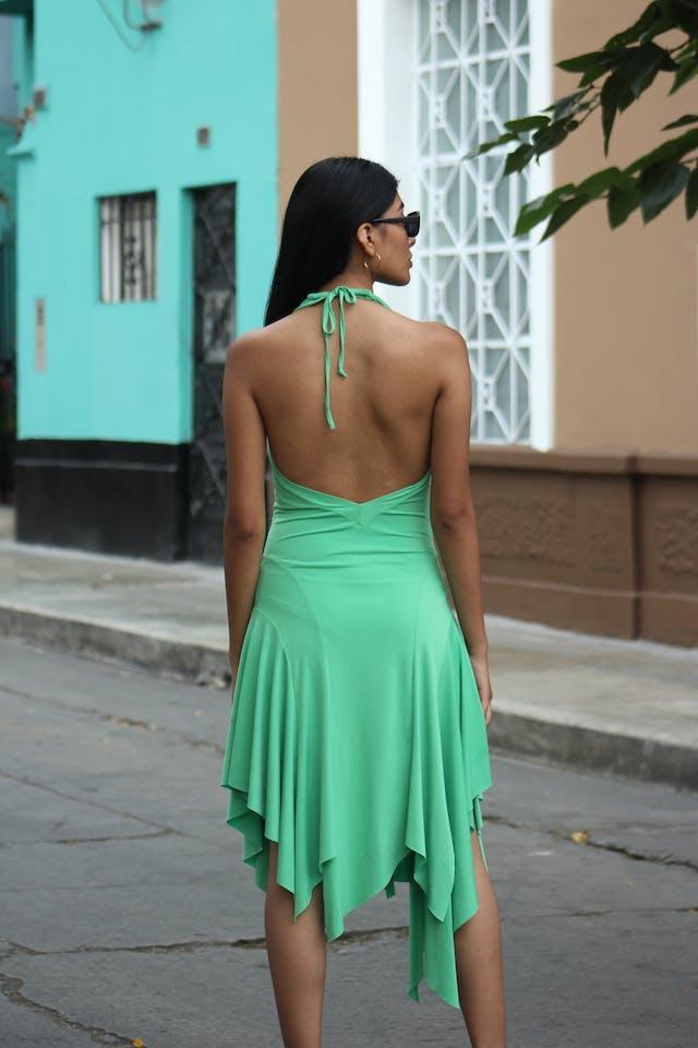 Vestido verde tela stretch, escote en la espalda, drapeado a los lados, basta asimétrica, linda caída Talla XS foto 2
