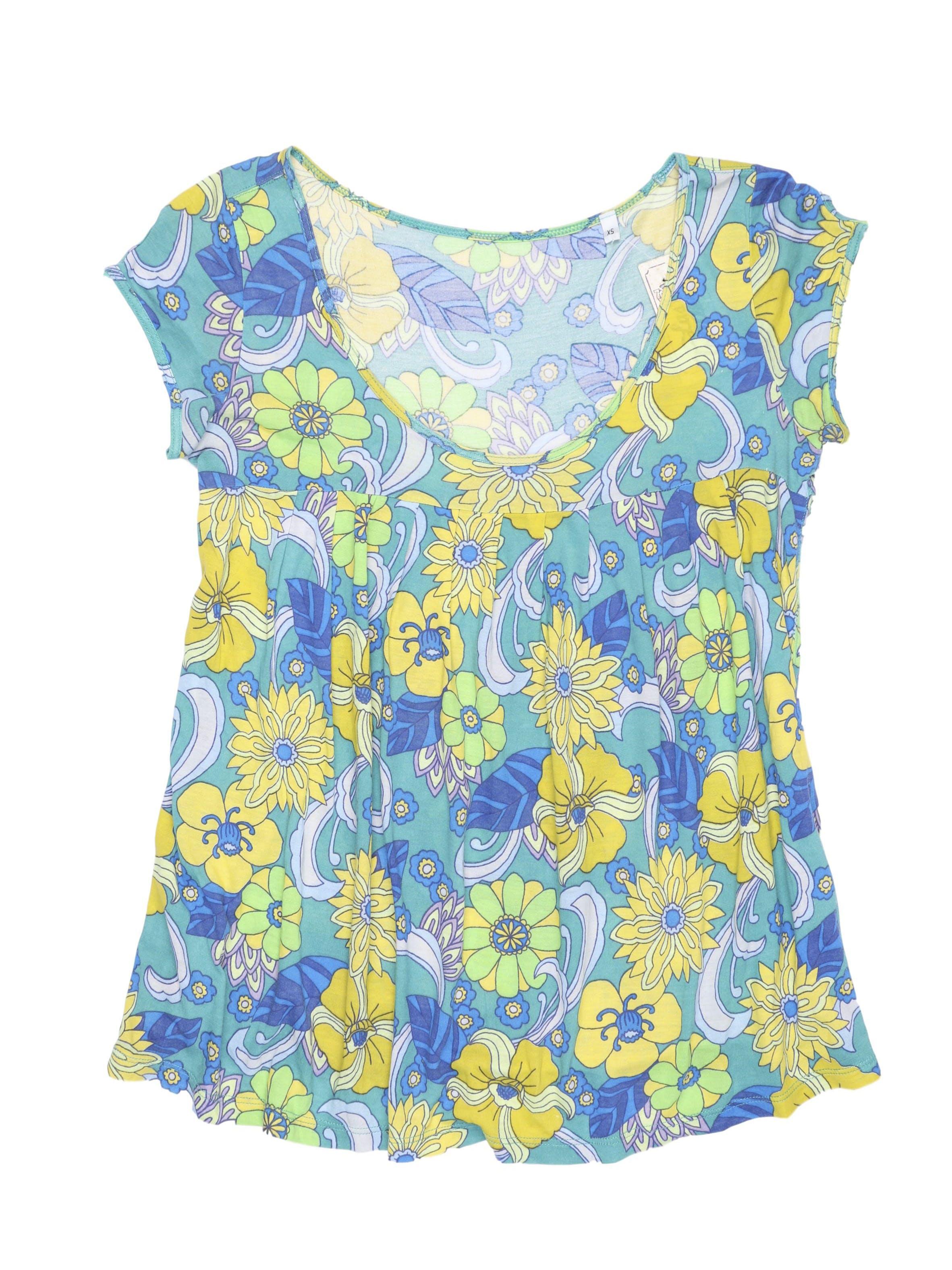 Polo con estampado de flores amarillas, azules y verdes, corte debajo del busto con pliegues. Busto 88 cm.