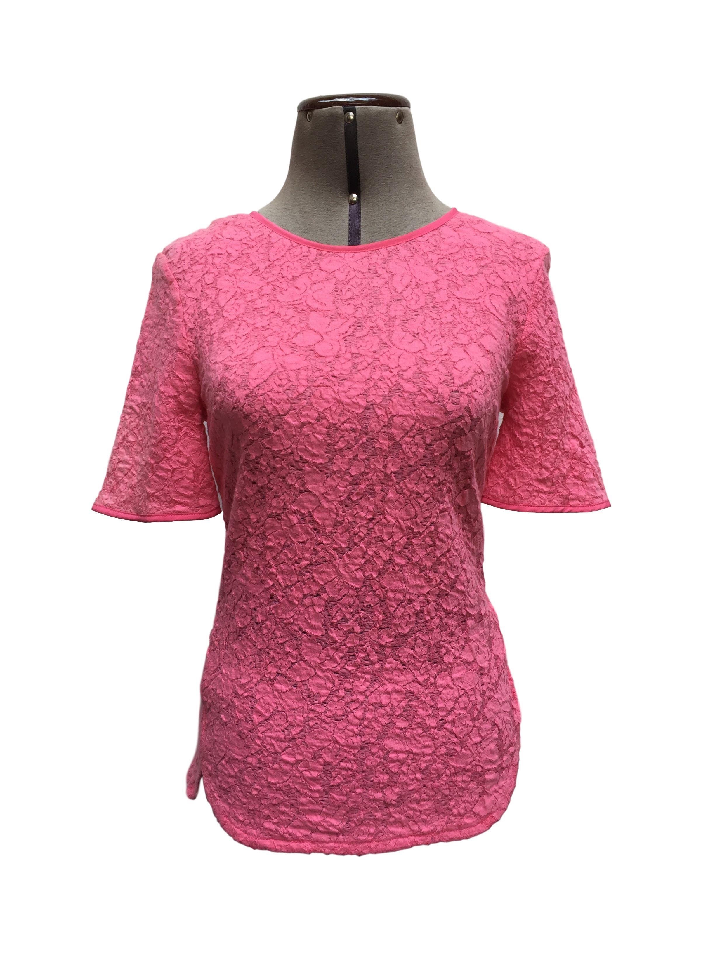 Blusa Oasis rosa con textura de flores, botón posterior en el cuello. Arma lindo Talla S
