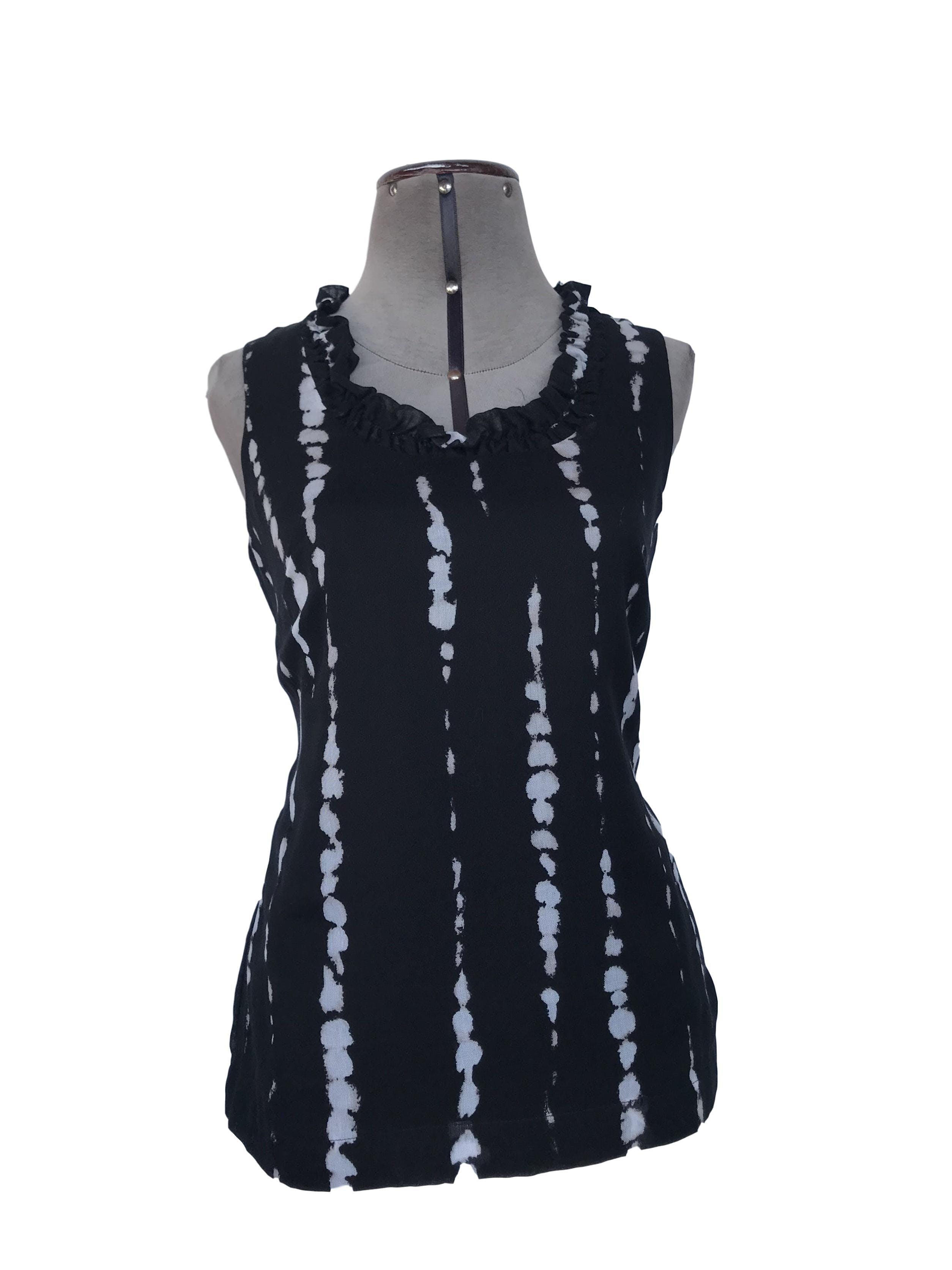 Blusa Ann Taylor negra con estampado plomo, bobos en el cuello, forrado, con cierre lateral.  Precio original S/. 200 Talla S