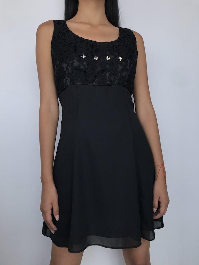 Vestido de encaje negro superior con detalle de flores de piedras tipo diamante y falda de gasa, forrado, cierre posterior Talla S foto 1