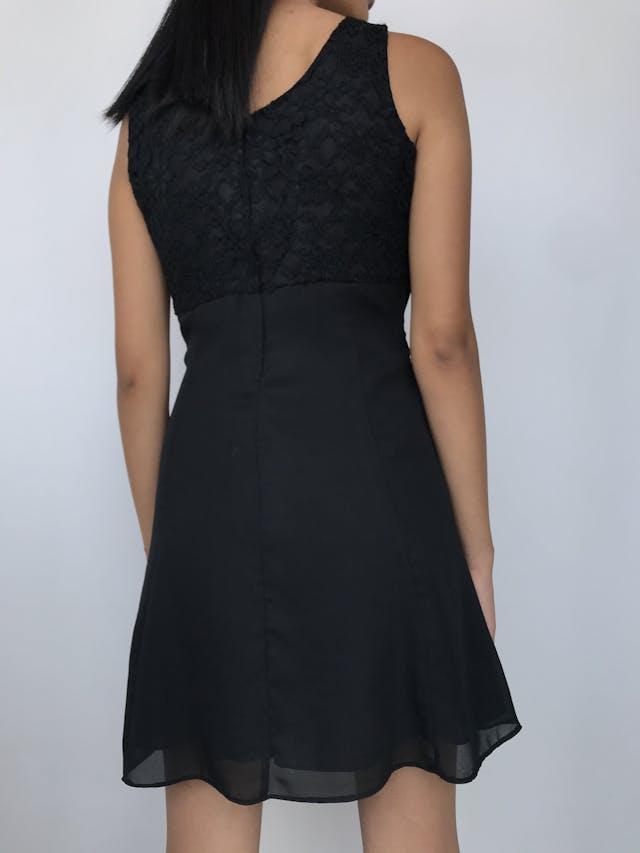 Vestido de encaje negro superior con detalle de flores de piedras tipo diamante y falda de gasa, forrado, cierre posterior Talla S foto 2