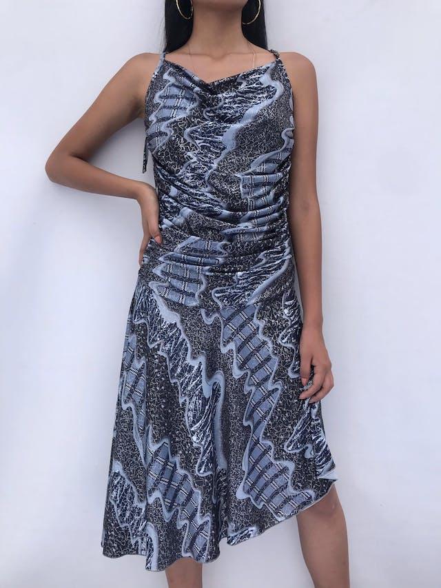 Vestido estampado en tonos grises, tela tipo lycra, falda asimétrica, drapeado a los laterales. Espalda con escote y tiras cruzadasTalla M foto 1