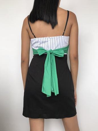 Vestido strapples con tiras negras, escote corazón, pretina verde y falda en A, bolsillos laterales Talla S   foto 2