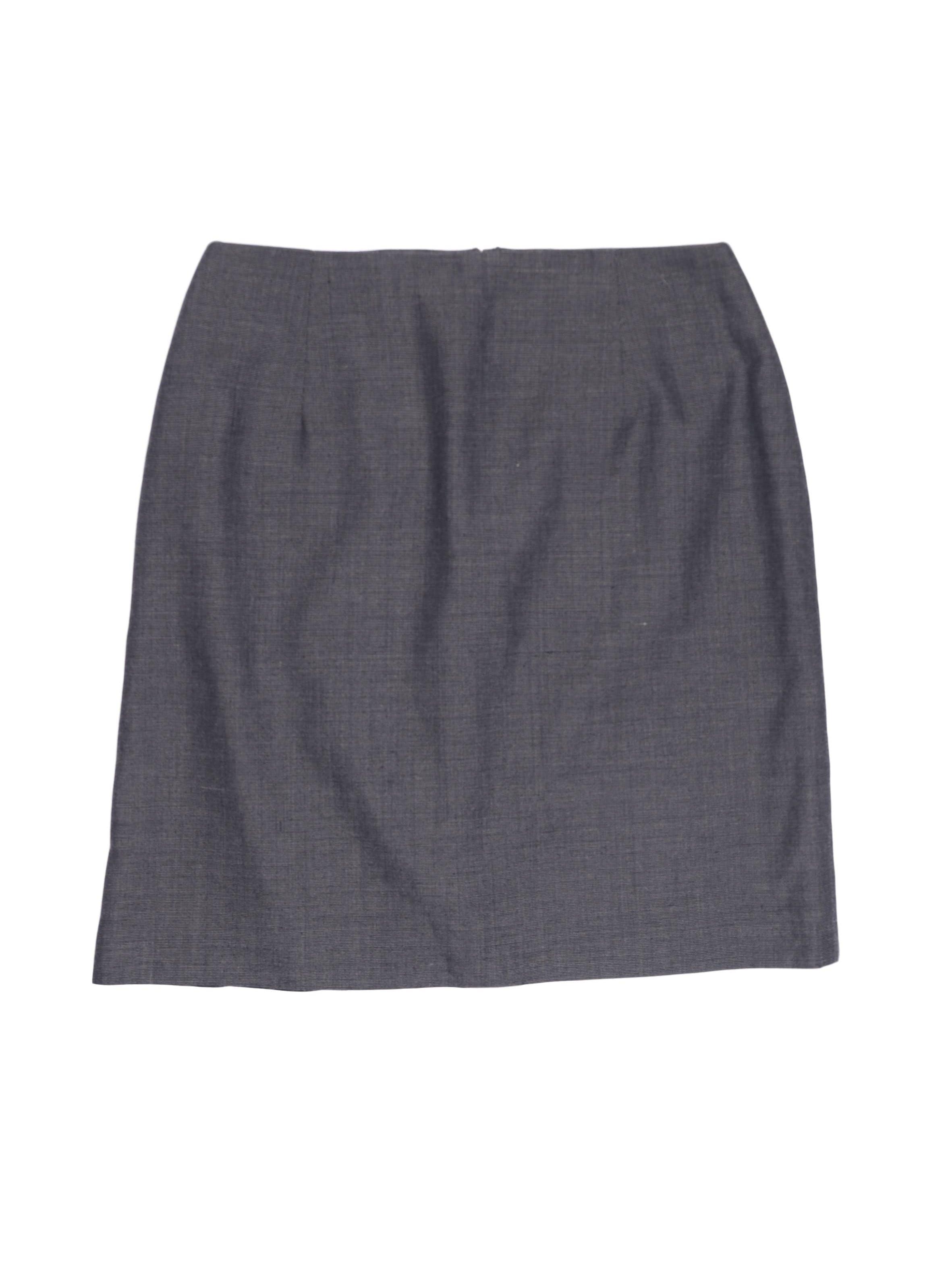 Falda recta, gris tipo sastre, forrada, con abertura y cierre posterior. Cintura 68 cm, largo 45 cm