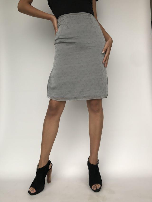 Falda a la rodilla de gasa gris con estampado de flores al tono, forro satinado, lleva cierre y broche posterior, forrada. Cintura 66cm Largo 58cm foto 1