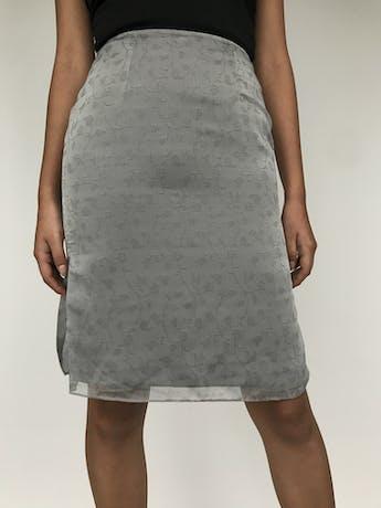 Falda a la rodilla de gasa gris con estampado de flores al tono, forro satinado, lleva cierre y broche posterior, forrada Talla S foto 2