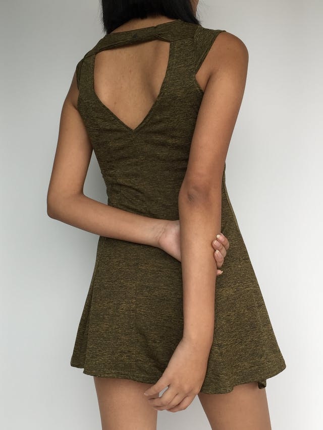Vestido color verde con jaspeado negro, cuello redondo, manga con detalle, falda campana y escote triangular posterior Talla XS foto 2