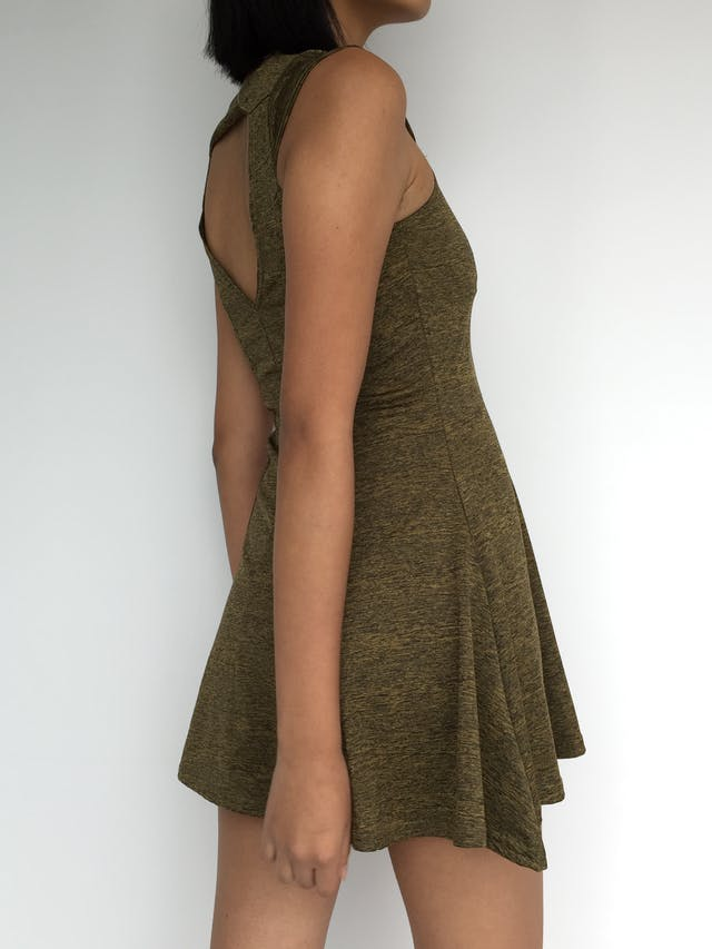 Vestido color verde con jaspeado negro, cuello redondo, manga con detalle, falda campana y escote triangular posterior Talla XS foto 3