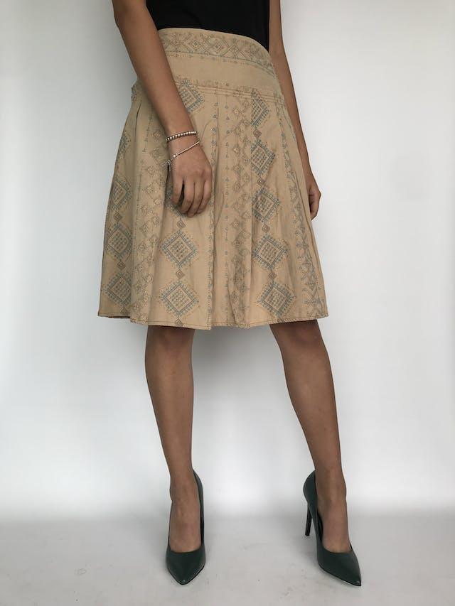 Falda tipo corduroy beige con estampado escarchado tribal, pretina ancha y tableada, cierre y botón lateral Talla S foto 1