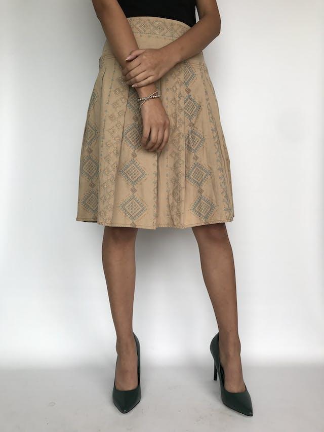 Falda tipo corduroy beige con estampado escarchado tribal, pretina ancha y tableada, cierre y botón lateral Talla S foto 2