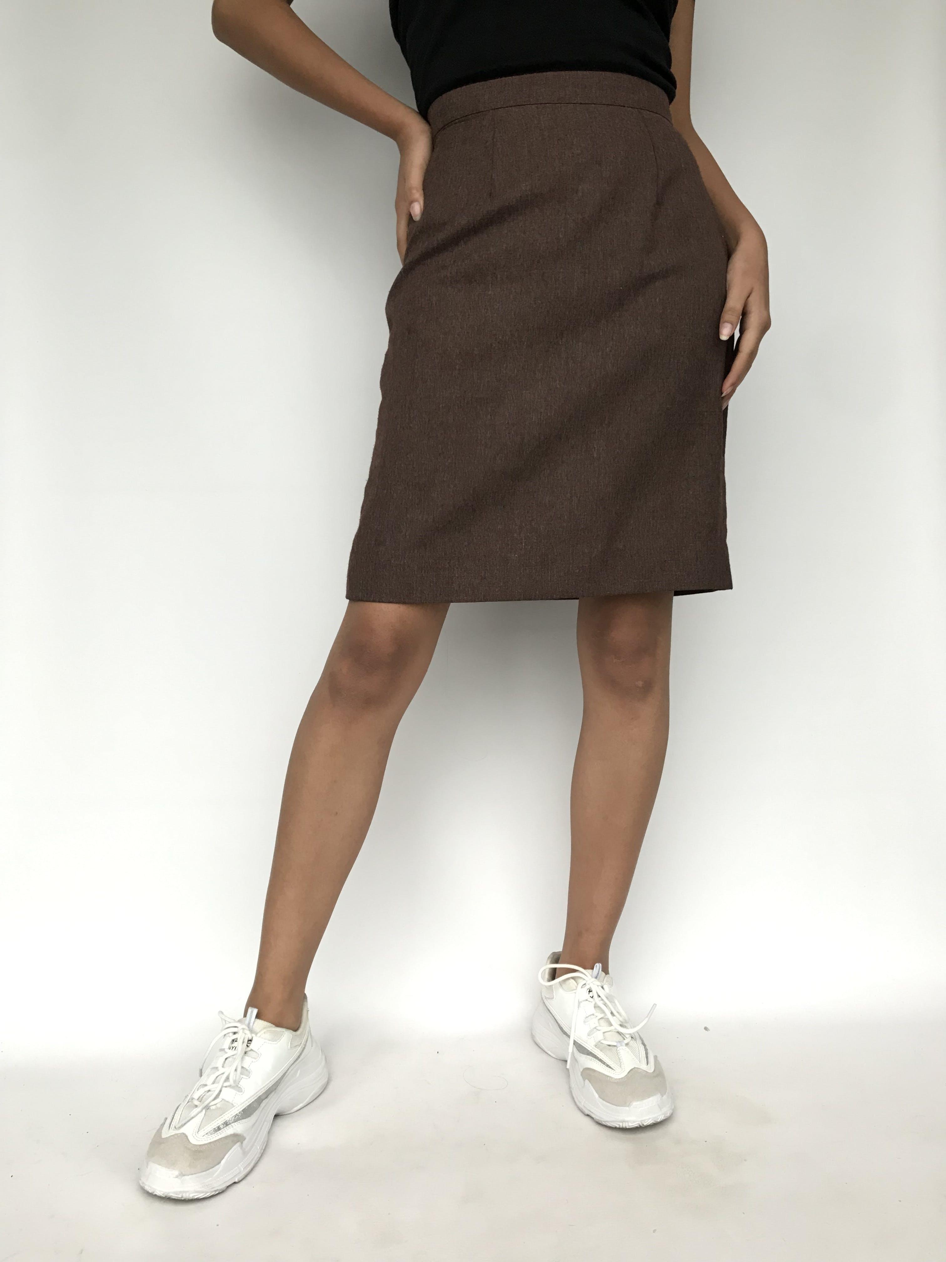 Falda marrón jaspeada, tela tipo sastre, con cierre y botón posterior. Cintura 70cm Largo 55cm