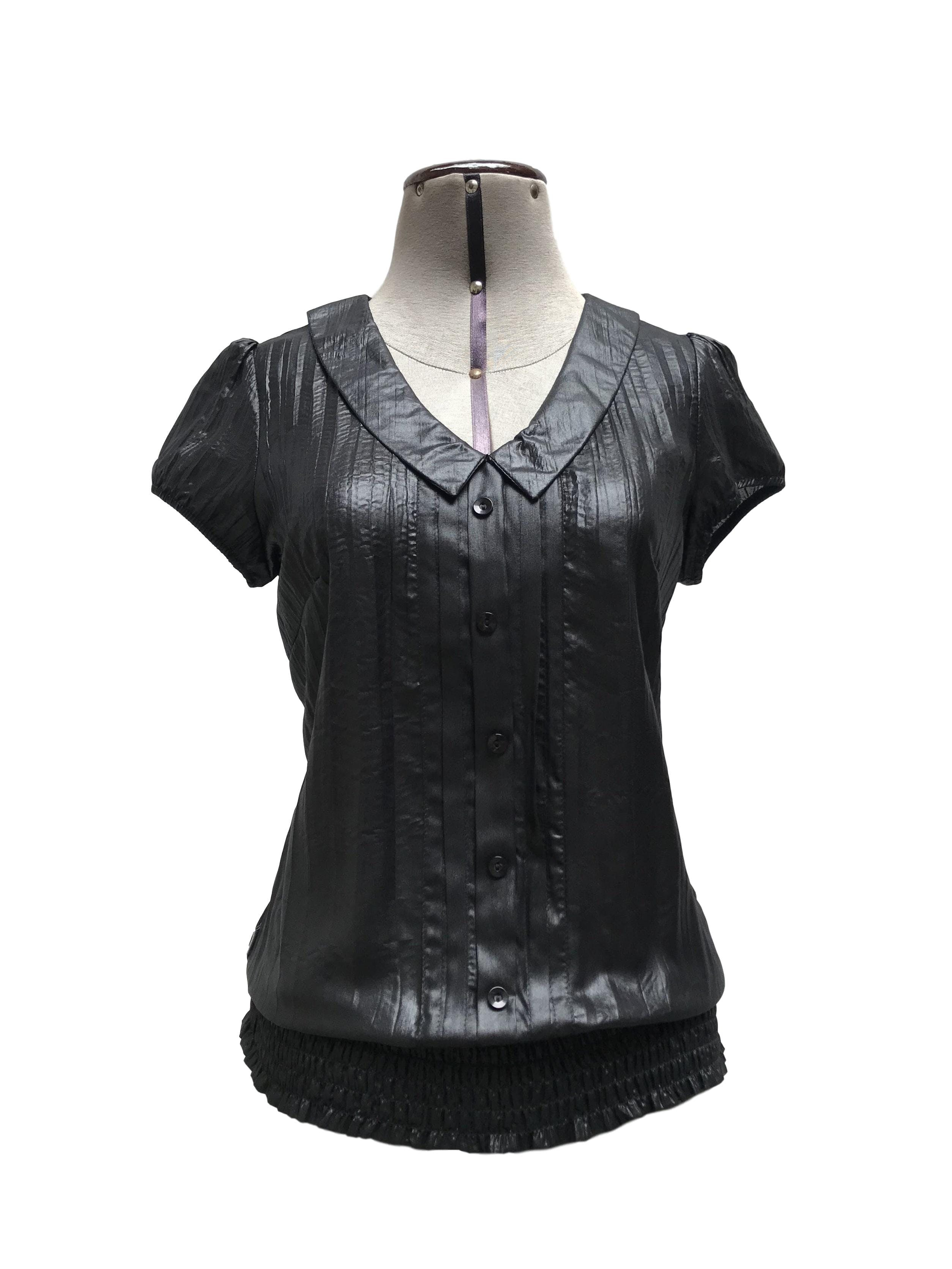 Blusa negra satinada, manga corta y botones, pretina con panal de abeja Talla S