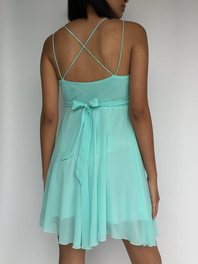 Vestido de tiritas cruzadas, gasa verde agua con bordado de mariposas en el pecho, escote cruzado, cinto para amarrar en la espalda, lleva forro Talla S foto 3