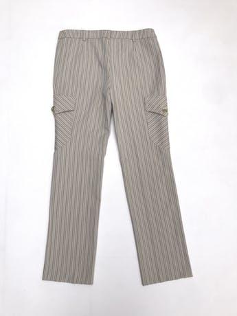Pantalón Mango beige con rayas al tono, corte recto con bolsillos cargo laterales. Precio original S/ 190 foto 3