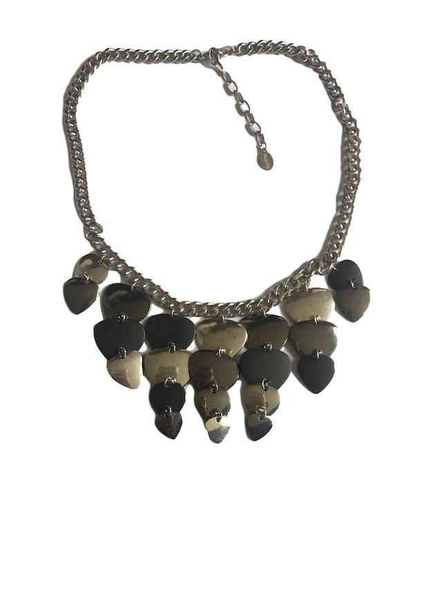Collar Isadora cadena plateada con dijes colgantes negros y plateados. Circunferencia 46cm foto 2