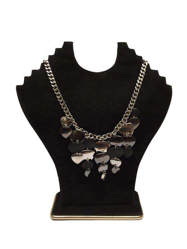 Collar Isadora cadena plateada con dijes colgantes negros y plateados. Circunferencia 46cm foto 1
